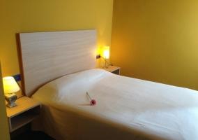 Dormitorio de matrimonio con flor