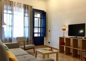 Sala de estar amplia y con sillones
