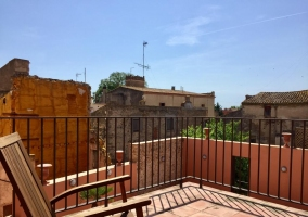 Vistas de la terraza de la casa con muebles