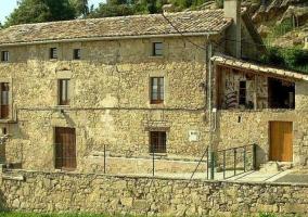 Acceso a la casa con fachada en piedra natural