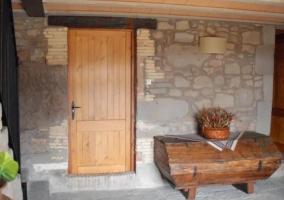 Entrada a la casa con detalles de madera