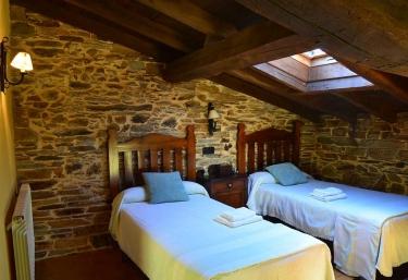Dormitorio doble con mesilla de noche en el centro
