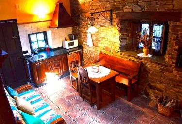 Cocina junto a la sala de estar y los sillones