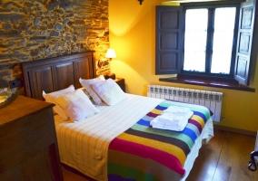 Dormitorio de matrimonio con manta de colores