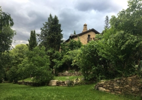 Acceso a la casa con jardines