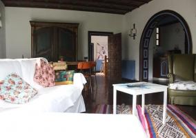 Sala de estar con la chimenea delante de la mesa