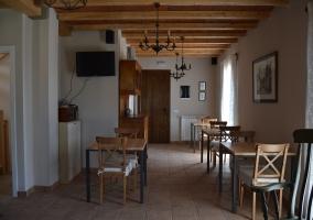 Sala de estar con la chimenea y las mesas
