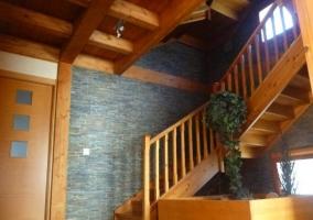 Acceso al alojamiento con fachada de piedra