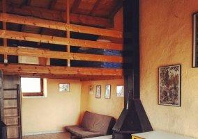 Sala de estar con chimenea en forja