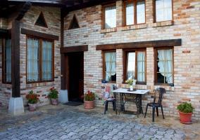 Amplios jardines de la casa con hamacas