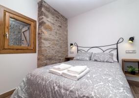 Dormitorio de matrimonio con toallas