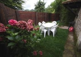 Amplios jardines con la barbacoa