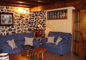 Sala de estar con mesa redonda de madera y sillas