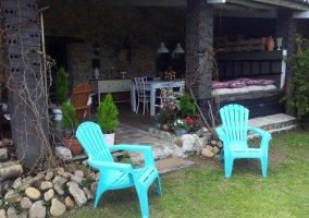 Amplio porche de la casa con mesa y sillas