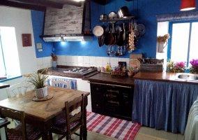 Cocina con mesa auxiliar en la casa