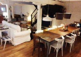 Sala de estar amplia con mesa alargada y sillas