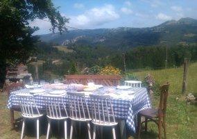 Vistas de las zonas exteriores con mesa y sillas