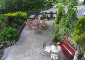 Vistas del patio de la casa con bancos
