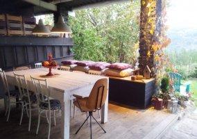 Vistas del porche equipado con mesas y sillas