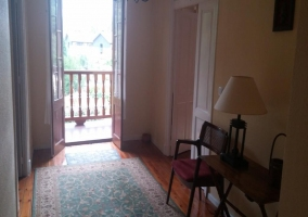 Sala de estar con alfombra frente a los sillones