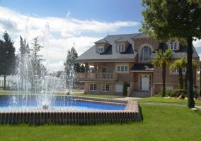 Acceso al alojamiento con jardines y la piscina