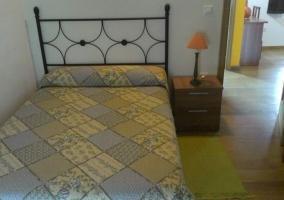 Dormitorio con una cama y mesilla de noche