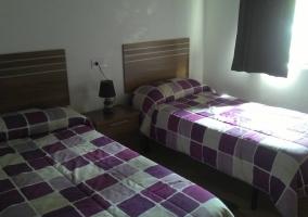 Dormitorio doble de la casa con camas separadas