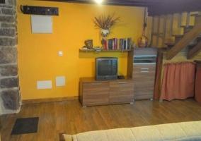 Sala de estar con tele y libros