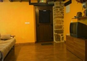 Sala de estar y tele delante de los sillones