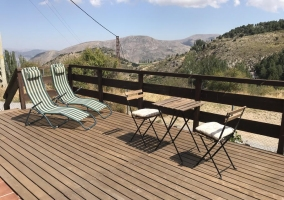 Amplia terraza abierta al entorno natural