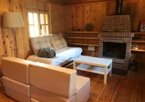 Sala de estar amplia con su chimenea