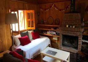 Sala de estar con la ventana abierta