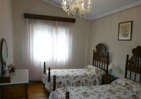 Dormitorio doble con las colchas de flores