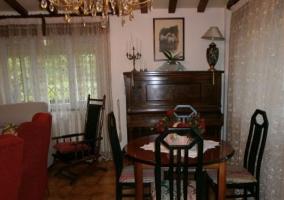 Sala de estar y una mesa