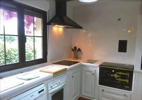 Cocina completa de la casa en color blanco