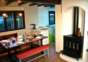 Comedor junto a la cocina con chimenea