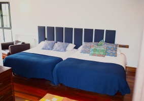 Dormitorio con dos camas de matrimonio