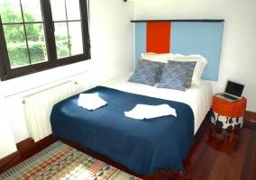 Dormitorio de matrimonio amplio con mesilla