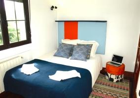 Dormitorio de matrimonio amplio con toallas