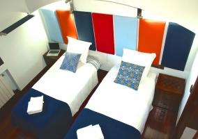 Dormitorio doble con mantas azules