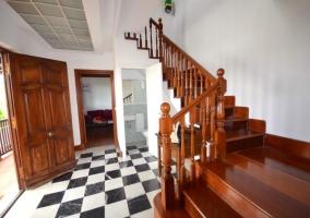 Entrada con escaleras de madera y aseo