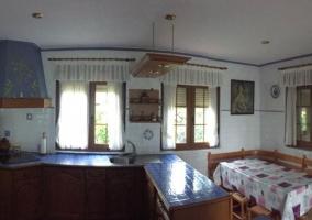 Cocina office en azul con mesa de madera.JPG