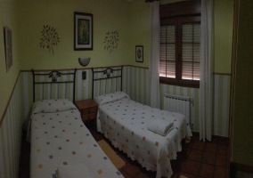 Dormitorio doble con mesilla entre las camas