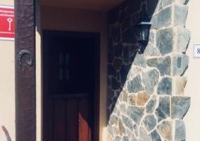 Entrada al alojamiento con puerta de madera.JPG