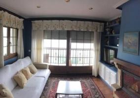 Sala de estar con la chimenea en azul.JPG