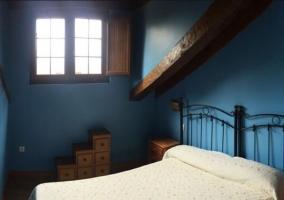 Dormitorio abuhardillado en azul