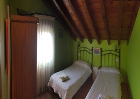 Dormitorio doble abuhardillado en verde