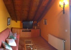 Sala de estar con techos abuhardillados en madera.JPG