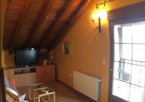 Sala de estar con techos de madera.JPG