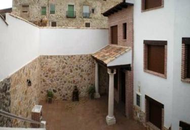 Casas rurales con barbacoa en valdelaguna for Barbacoa patio interior